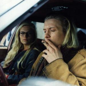 Näyttelijät Sanna Saarijärvi (roolinimi Emmi Räsänen) ja Santeri Kinnunen (roolinimi (Wille Takala) draamasarjassa Mikset sä soita