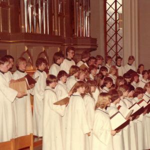 Caritas-kuoro esiintyy kirkossa.