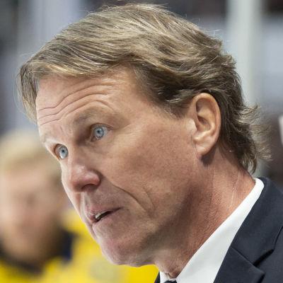 Johan Garpenlöv pratar med domare.