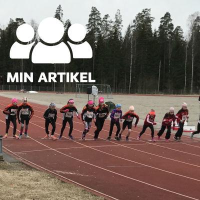 Ett dussintal juniorer på startlinje på sportplanen i Veikkola, Kyrkslätt.