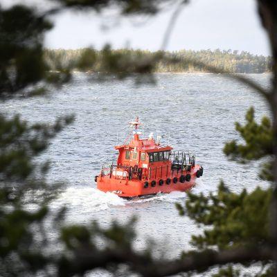 Luotsivene (L 244) lähtee merelle Emäsalon luotsiasemalta Porvoossa lauantaina 9. joulukuuta