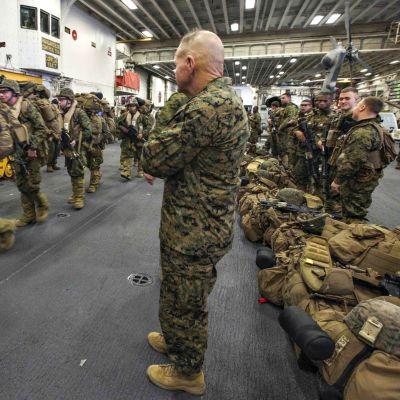 Kenraali Robert B. Neller tarkkailee Marinesin osallistumista Trident Juncture 18: een USS Iwo Jimassa 31. lokakuuta 2018.