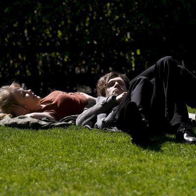Ihmisiä nauttimassa lämpimästä säästä Helsingin Esplanadin puistossa lauantaipäivänä.