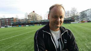 Tidigare fotbollstränaren Ville Lyytikäinen vid en fotbollsplan.