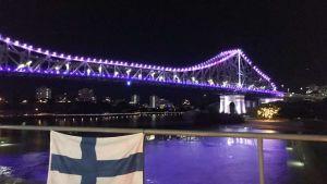 Bro i Brisbane fick blåvita färger