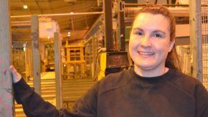 Kvinna i fabrik.