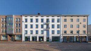 Torghuset i Kotka är ett bostadshus med vit fasad.