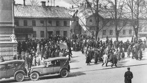 Mycket människor samlade i Stadshusskvären år 1917 då stadsfullmäktige tagits som gisslan.
