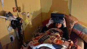 Kvinna läser i sängen.