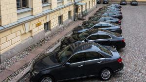 Här står ministeriets tjänstebilar i rad.