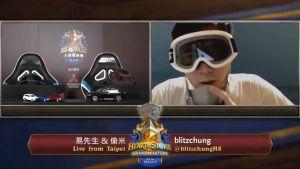 En screenshot på streamen där Chung ses bära gasmask