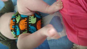 Baby med tygblöja.