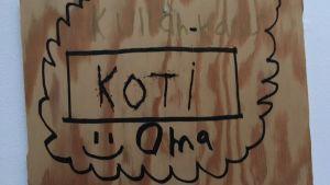 hem ljuva hem-skylt med finskspråkig text.