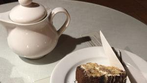 Te, kaka och kniv på bord