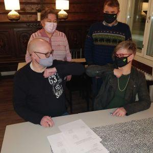 Alhaalla puheenjohtajat KD:n Jari Lilja (vasemmalla) ja keskustan Maarit Simoska (oikealla) sekä varapuheenjohtajat KD:n Riitta-Maija Hokkanen (ylhäällä vas.) ja keskustan Pertti Lakkala (ylhäällä oik.)