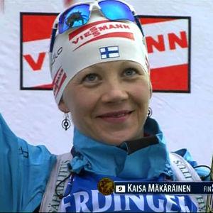 Kaisa Mäkäräinen tuulettaa voittajana.