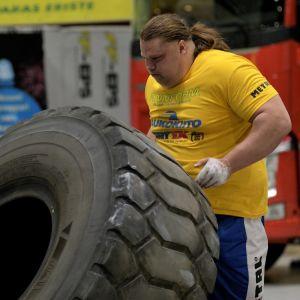 Mika Törrö lyfter ett traktordäck i en strongmanstävling