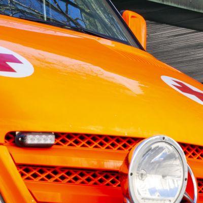 ambulanssi sairaalan edessä