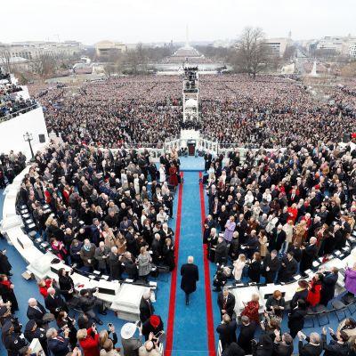 Yhdysvaltain turvallisuusviranomaiset varoittavat tiettyjen ulkovaltojen yrittävän vaikuttaa tuleviin presidentinvaaleihin. Tiedusteluviranomaisten mukaan Venäjä auttoi Donald Trumpia voittamaan vuoden 2016 vaalit. Kuva Trumpin virkaanastujaisista.