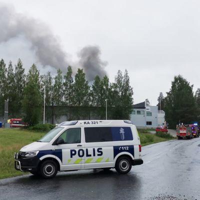 Palopaikalla on useita pelastuslaitoksen yksiköitä.