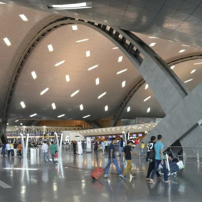 Ihmisiä Dohan lentoasemalla