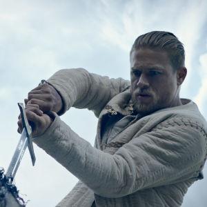 Arthur på väg att dra det förtrollade svärdet ur stenen.
