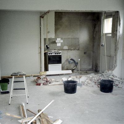 Purettu väliseinä keittiössä ja remonttirojuja