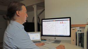 Heikki Tolvanen jobbar vid datorn.