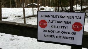 Skyltar vid Etseri djurpark.