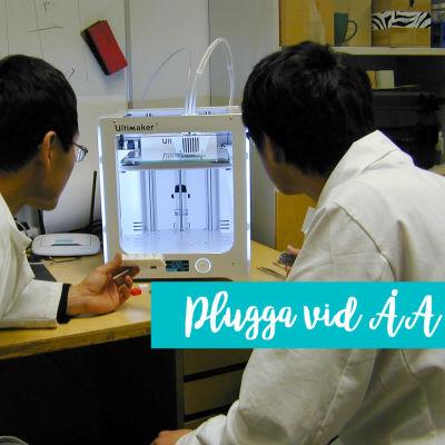 Två forskare tittar på en maskin