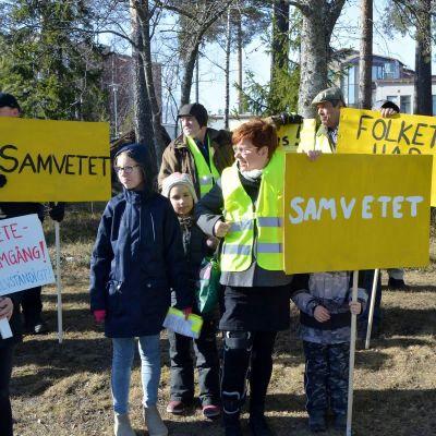 Demonstranter utanför ämbetshuset i Korsholm.