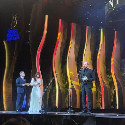 Ohjaaja Mika Kurvinen vastaanottaa Hopeinen lintu -palkinnon Seoul International Drama Awards -palkintogaalassa.
