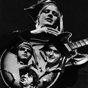 The Renegades yhtyeen Kim Brown ja kitara, johon on upotettu kuvat yhtyeen muista jäsenistä.