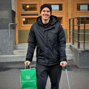 Anton Lindfors med kryckor efter knäoperation.