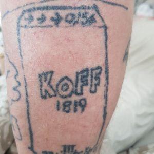 En tatuerad ölburk.
