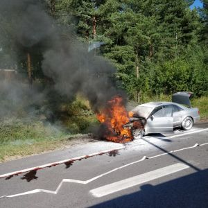 Auto palaa Vaajakosken moottoritiellä Jyväskylässä.
