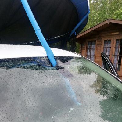 Polvijärvellä trampoliini lensi tuulen puuskassa henkilöauton päälle tuhoisin seurauksin.