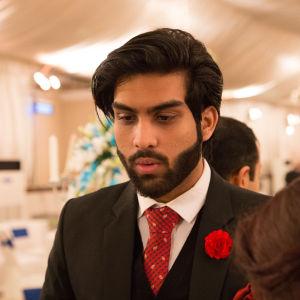 Bröllopsgäst som står för Bollywoodstimmung