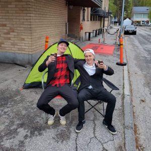 Kaksi kaverusta odotti baarien avautumista Sotkamossa teltan kanssa.