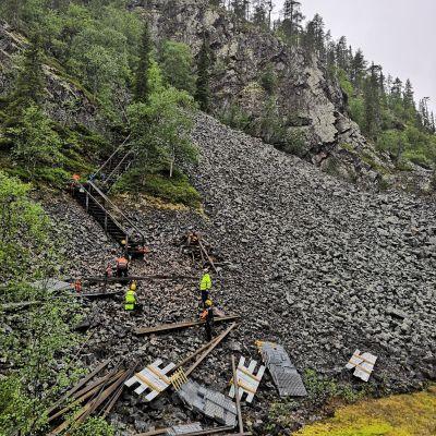 Metsähallituksen Luontopalvelut rakentaa portaita vaativaan kiviseen maastoon Pyhätunturin Uhriharjulle.