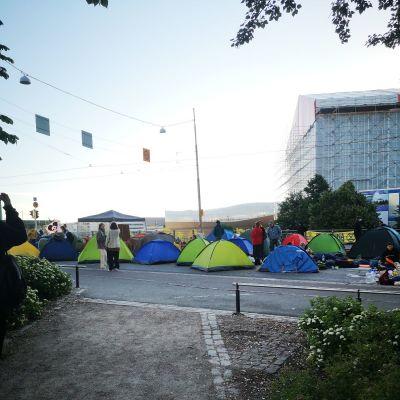 Miljörörelsen Elokapinas tält har stängt av trafiken på Mannerheimvägen.