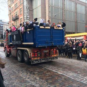 Abiturienter på lastbilsflak i Helsingfors centrum.