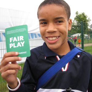 Pyry Soiri visar upp ett fair play-kort