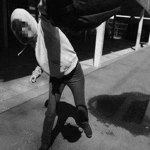 Anonym ungdom viftar med en väska.