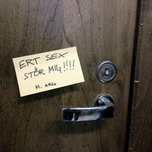 En lapp där det står: Ert sex stör mig!!!! H. Arg