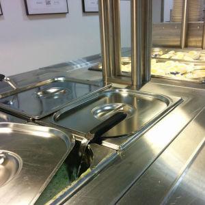 Spenatsoppa och kokta ägg i en skolmatsal.