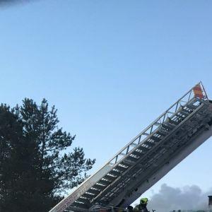 Brandbilar och brandmän på plats vid en brand i Jeppo, Nykarleby.