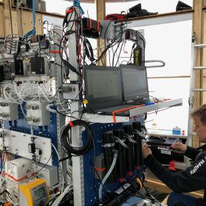Pasi Ylöstalo sitter vid vad som ser ut att vara invecklad apparatur.