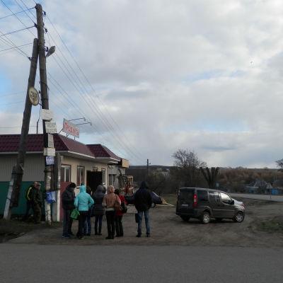 En folksamling i gränstrakten mellan Ukraina och Ryssland.