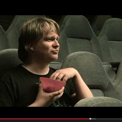 Jan Karell står på scenen i pjäsen En midsommarnattsdröm.